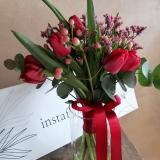 Buchet Romance, 17 fire Lalele rosii, Hypericum, Waxflowers si Limoniu